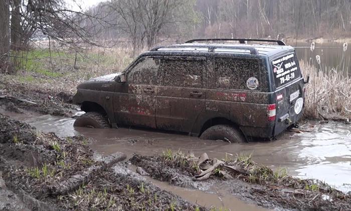 Уаз патриот по грязи едет.