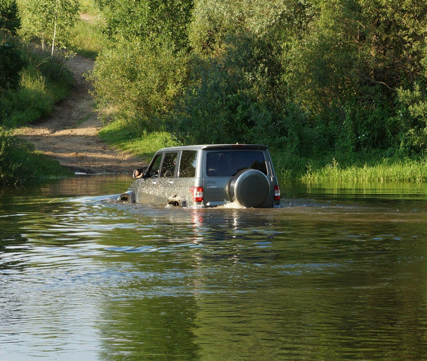 УАЗ Патриот преодолевает водоем